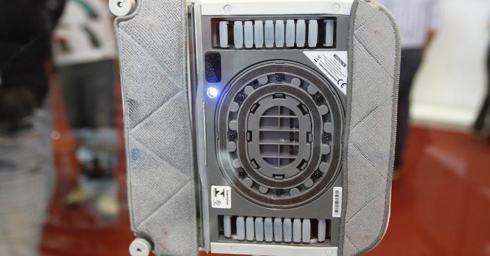 (...) O Winbot, da Ecovacs (www.ecovacs.com.br), funciona com bomba de vácuo e deve ser ligado à rede elétrica. O aparelho não pode ser programado, mas é capaz de identificar o quadrante de vidro a ser limpo...