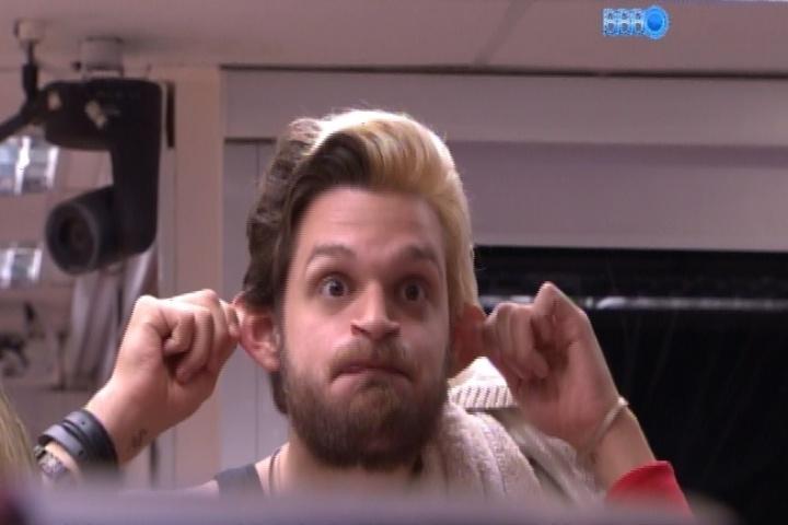 21.mar.2014 - Cássio chega na cozinha, vê Clara fazendo caretas e imita macaco também.