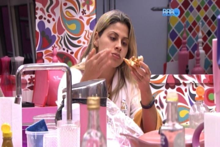 """21.mar.2014 - Vanessa devora pizza feita com pão de forma na madrugada desta sexta-feira. """"Melhor do que esperava"""", disse ela"""