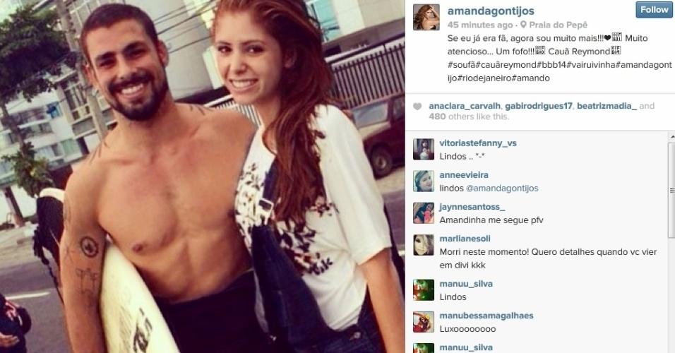 21.mar.2014 - Cauã Reymond foi tietado pela ex-BBB Amanda na praia do Pepê, na Barra da Tijuca, zona oeste do Rio.
