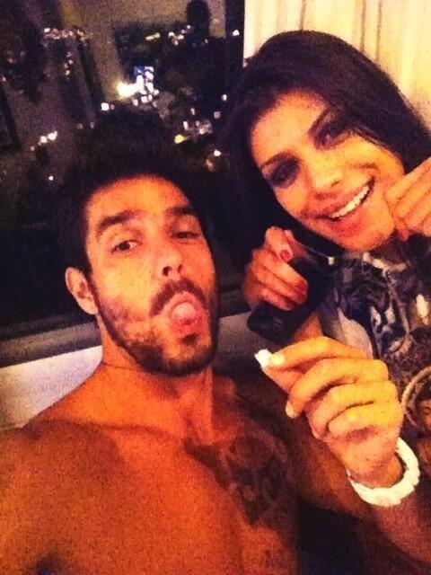 """21.mar.2014 - Diego e Franciele postam foto e mostram """"amuleto"""": """"Escapulário, protegidos"""", escreveu o carioca na legenda"""