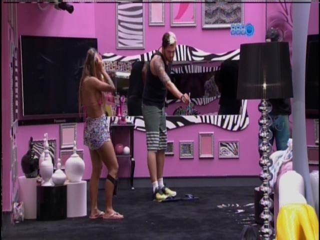 21.mar.2014 - Vanessa, Cássio, Valter e Clara brincam de atirar escova de dente em pote á distância