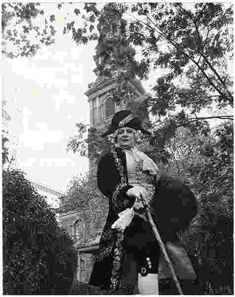 A capela de St. Paul e o jardim da igreja foram construídos por volta de 1766 a 1796. Bill Cunningham fotografou sua amiga e musa Editta Sherman para o projeto organizado entre 1968 e 1976 - New-York Historical Society, cedida por Bill Cunningham