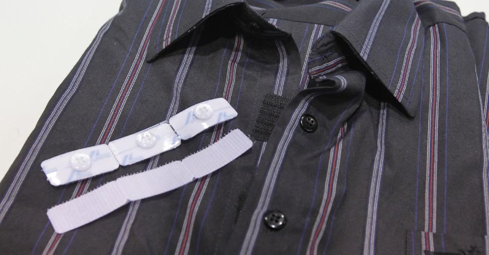 A Velcro oferece uma solução à dificuldade de fechar botões de camisa: um jogo (disponível em três cores) de botões acoplados às fitas aderentes. As unidades são encaixadas na casa para botão e aplicadas ao tecido com o auxílio do ferro de passar. Os produtos da Velcro Company (www.velcro.com) foram apresentados ao público da 20ª edição da Feicon Batimat (Salão Internacional da Construção), em cartaz de 18 a 22 de março de 2014, em São Paulo