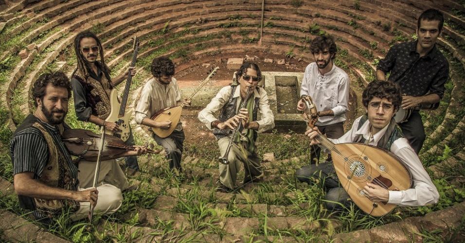 Brasileira, a Orkestra Bandida é formada por músicos multi-instrumentistas, estudiosos e pesquisadores. A banda apresenta ao público a música cigana oriental, especialmente o Fasil, estilo desenvolvido pelos ciganos do oriente nas boates e cabarés, com instrumentos como alaúde, saz, clarinetes, flauta ney, kaval, violão manouche, rabeca, percussão oriental e contra-baixo acústico e elétrico. A Orkestra é formada por Mario Aphonso, Ian Nain, Juliano Abramovay, Felipe Gomide, Pedro Lobo, Francisco Mehmet e Bruno Duarte. A apresentação acontece dia 3 de maio, às 18h, com entrada gratuita e livre para todo o público.