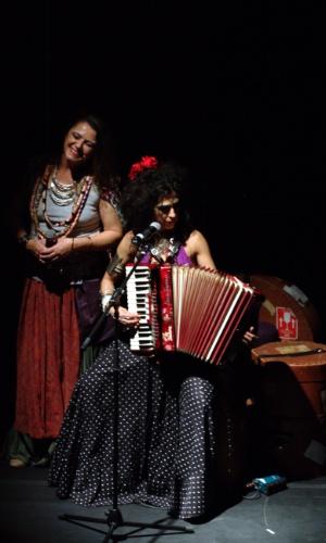 """Mawaca, durante o último show no Sesc Pompeia. O grupo que pesquisa e interpreta músicas de diversas culturas apresenta o show do CD e DVD """"Inquilinos do Mundo"""", recriando melodias e ritmos de povos nômades, refugiados, exilados e ciganos. A apresentação ocorre no dia 23 de abril, às 21h, no Teatro do Sesc Pompeia. os ingressos custam R$ 4 (comerciários), R$ 10 (meia) e R$ 20 (inteira). Duração: 75 minutos. Recomendado para maiores de 12 anos."""