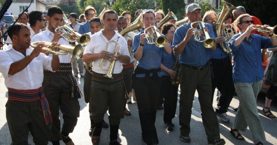O grupo de metais com doze integrantes, Zlatne Uste (Lábios Dourados, na tradução do croata), é reconhecido internacionalmente pela qualidade de seu trabalho com a música dançante dos Bálcãs, principalmente as tradições da Sérvia, Macedônia, Bulgária e Romênia. A banda irá participar de diversas atrações da programação, como a Grande Festa dos Bálcãs, no dia 1º de maio, com Methorios (GRE), Izvor (BUL) e Istanbul Quartet (TUR).