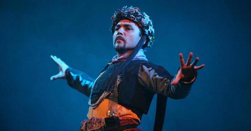 O turco Ahtmed Luleci é um conhecido coreógrafo e performer de música e dança turcas, que se apresenta com o Istanbul Quartet (TUR), na Festa dos Bálcãs, entre outros eventos do festival. A Festa dos Bálcãs ocorre dias 3 e 4 de maio, sábado, às 21h30, e domingo, às 18h30, na Choperia do Sesc Pompeia. Os ingressos custam R$ 4 (comerciários), R$ 10 (usuário matriculado no Sesc e dependentes, +60 anos, estudantes e professores da rede pública de ensino) e R$ 20 (inteira).
