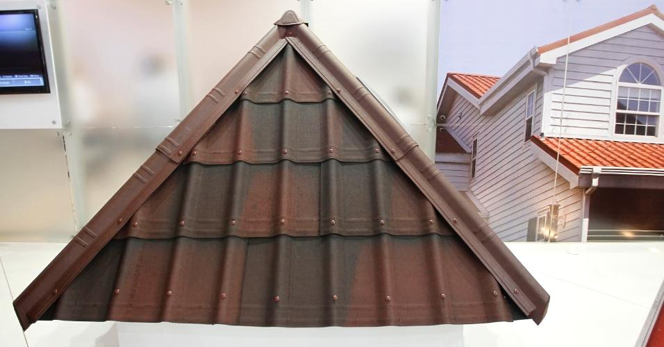 Resina, fibra de celulose (feita a partir da reciclagem de papel) e betume são os ingredientes para a fabricação das telhas Onduvilla, na Onduline (www.onduline.com.br). Com medidas unitárias (0,4 x 1,06 m) as peças são leves, indicadas para a cobertura de residências e estão disponíveis em duas versões: Terracota Fiorentino 3D e Vermelho Mesclado (foto). O produto foi lançado na 20ª edição da Feicon Batimat (Salão Internacional da Construção), em cartaz de 18 a 22 de março de 2014, em São Paulo