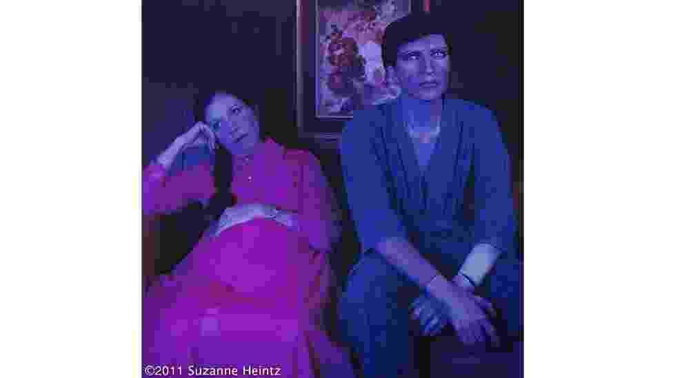 """Suzanne Heintz posa ao lado de manequim no projeto fotográfico """"Life Once Removed"""" (""""Quase como a Vida"""", em tradução livre) - Suzanne Heintz"""