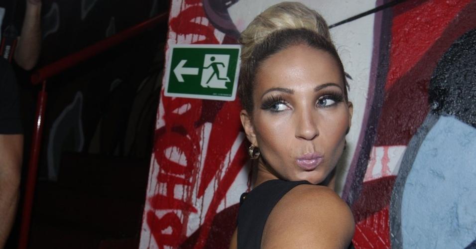 """21.mar.2014 - Dona do hit """"Beijinho no Ombro"""", Valesca Popozuda posa para fotos com a habitual pose durante festa no Cine Jóia, em São Paulo"""
