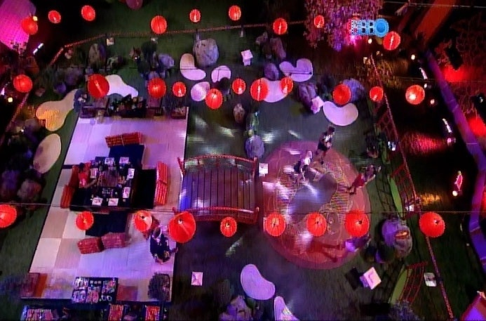 22.mar.2014 - Em seguida, ao som de música eletrônica japonesa, brothers tentam demonstrar empolgação; eles aproveitam a festa em um local protegido da forte chuva que atinge o Rio