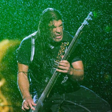 22.mar.2014 - Encharcado, o baixista Robert Trujillo toca durante show do Metallica em São Paulo - Junior Lago/UOL
