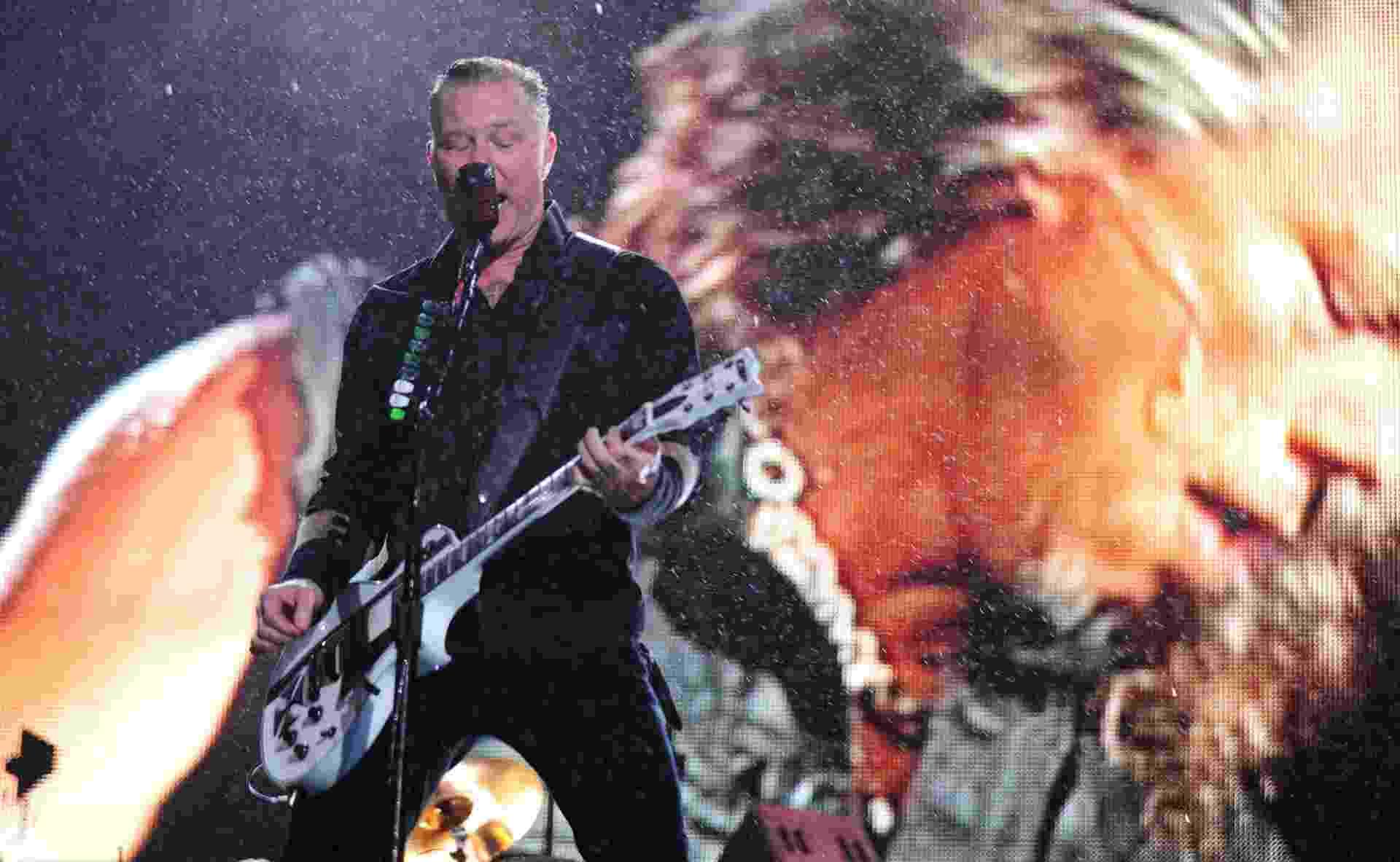 22.mar.2014 - Metallica toca debaixo de chuva em São Paulo. A banda de rock americana agitou o público presente no Estádio do Morumbi, em São Paulo - Junior Lago/UOL