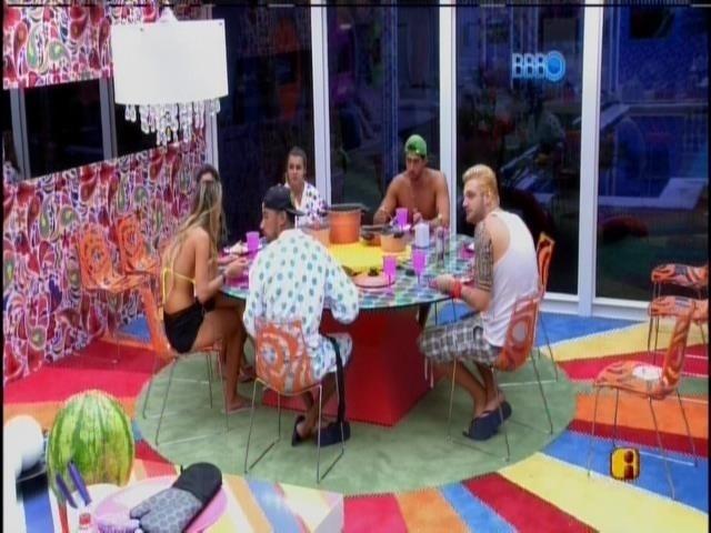 22.mar.2014 - Os sete confinados se reúnem para almoçar