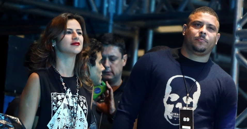22.mar.2014 - Paula Morais e Ronaldo assistem ao show do Metallica em São Paulo. O casal foi ao Estádio do Morumbi conferir a apresentação da banda de rock americana, na noite deste sábado (22)