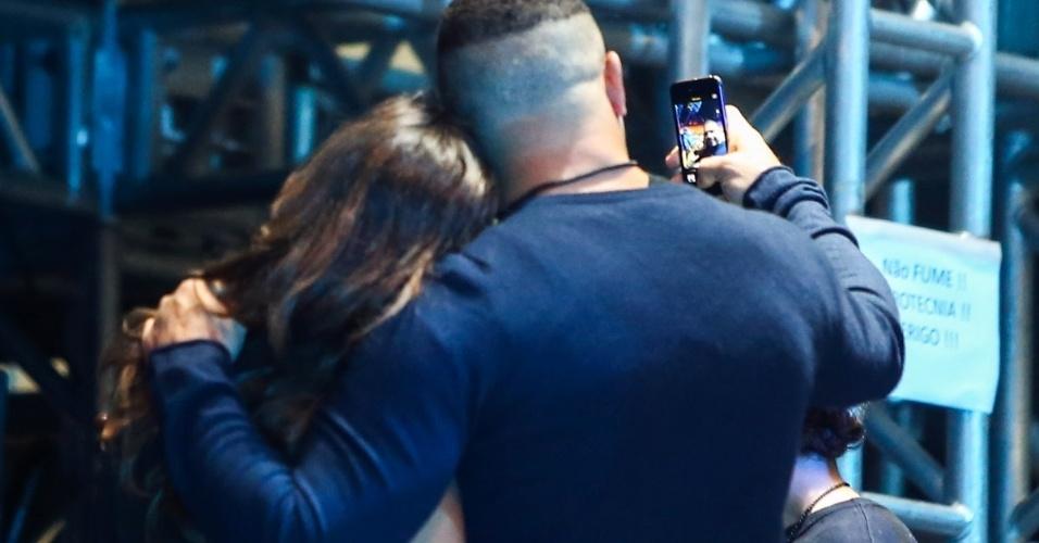 22.mar.2014 - Ronaldo faz selfie com a noiva no show do Metallica. O ex-jogador fez um clique ao lado da DJ Paula Morais ao assistir a apresentação da banda de metal na noite deste sábado (22), no Estádio do Morumbi, em São Paulo