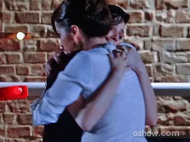 Em Família: Marina e Clara se abraçam após decidirem que seria melhor se afastarem por um tempo