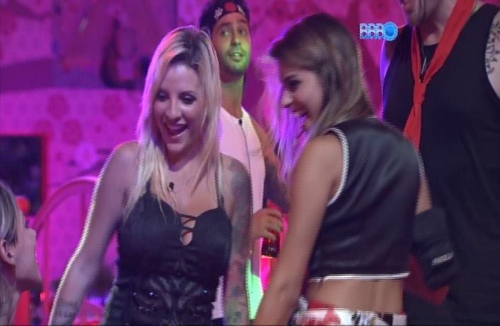23.mar.2014 - Clara e Angela fazem dança sensual para Vanessa enquanto sister está sentada durante música sertaneja