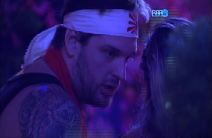 23.mar.2014 - Cássio explica para Vanessa seus motivos de tê-la escolhido quando atendeu o Big Fone.