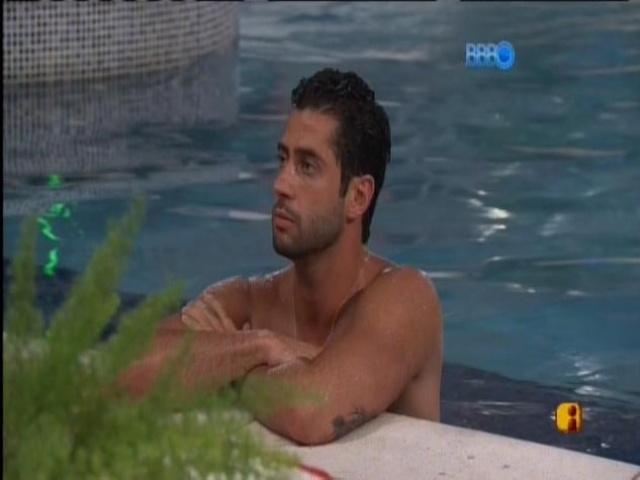 23.mar.2014 - Em noite de paredão, Marcelo se isola na piscina da casa.