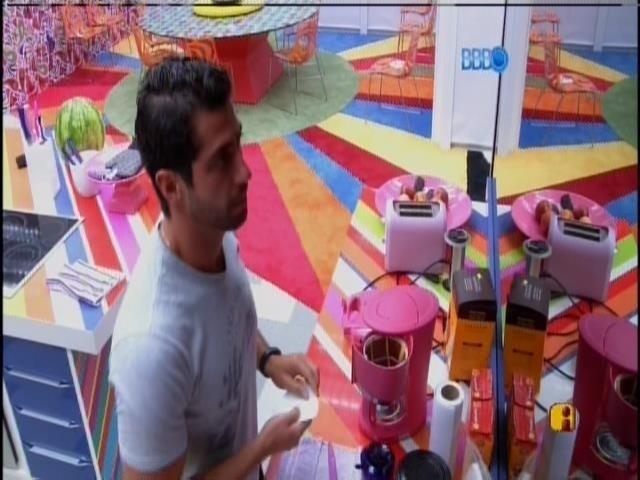 23.mar.2014 - Após gravação de raio-x, Marcelo prepara café para ele e para Valter