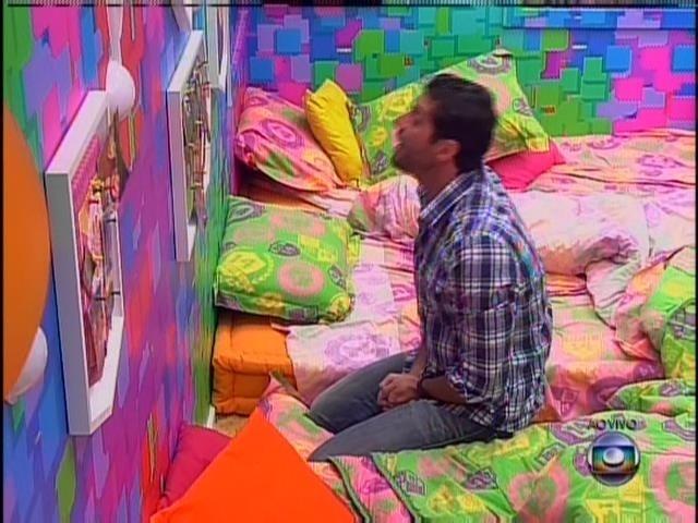 23.mar.2014 - Após ouvir anúncio de que Cássio era o eliminado do 14º paredão, Marcelo reza no quarto