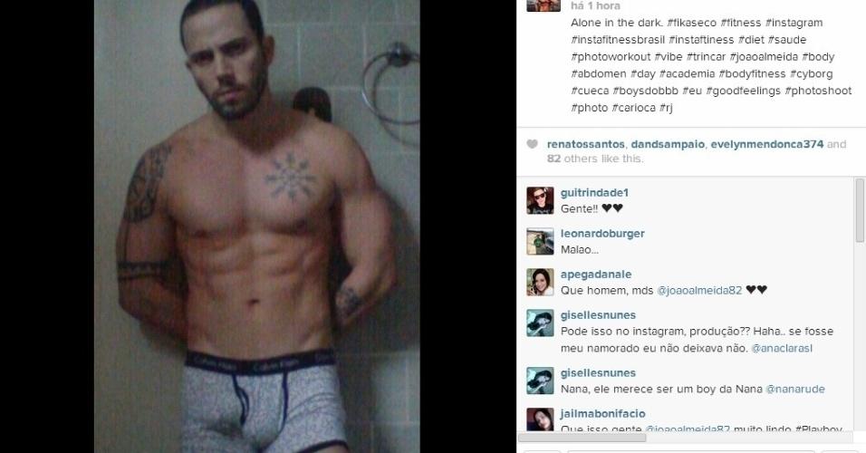 """23.mar.2014 - Ex-BBB João Almeida posta foto de cueca. """"Alone in the dark"""", escreveu."""