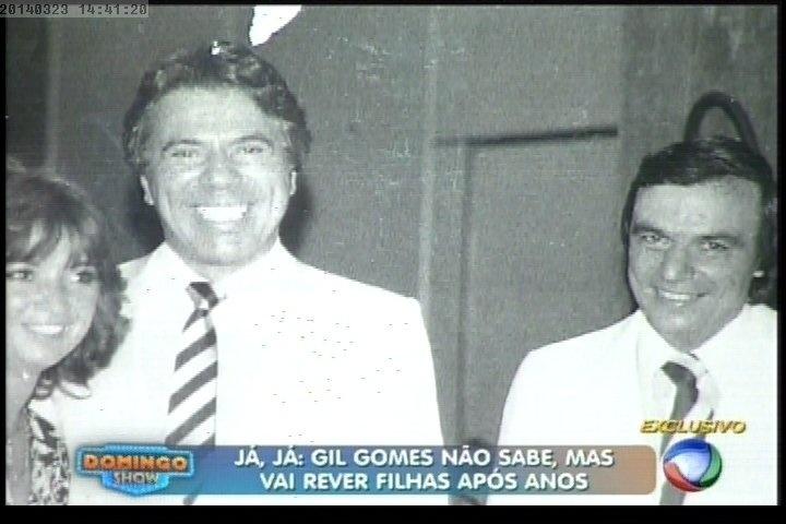 23.mar.2014 - Geraldo Luís mostra foto antiga de Gil Gomes ao lado de Silvio Santos e sua mulher Iris Abravanel