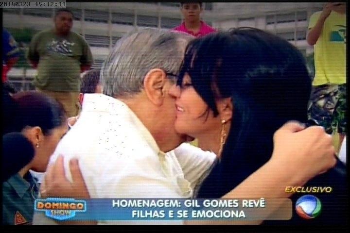 """23.mar.2014 - Gil Gomes reencontrou duas de suas filhas no Parque da Juventude, no antigo lugar onde ficava o Carandiru, durante o programa """"Domingo Show"""""""