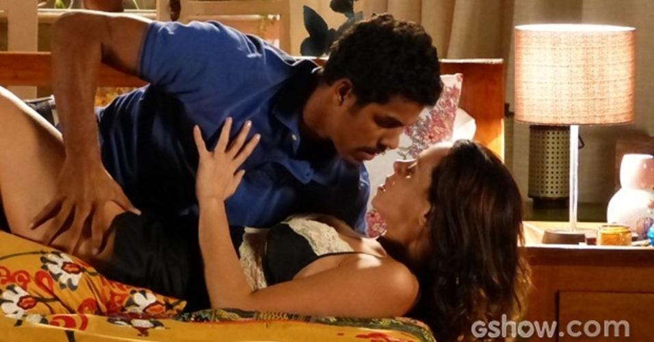 23.mar.2014 - Juliana (Vanessa Gerbelli) seduz Jairo (Marcello Melo Jr.) enquanto conta seu plano para ficar com Bia