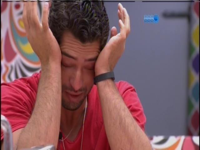 23.mar.2014 - Marcelo chora e reza: