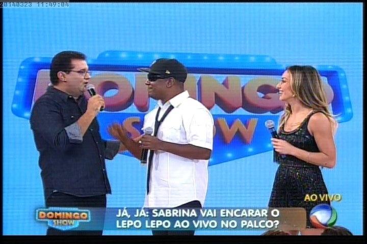 """23.mar.2014 - Sabrina Sato e Márcio Victor, vocalista do Psirico, foram os convidados da estreia do programa """"Domingo Show"""""""