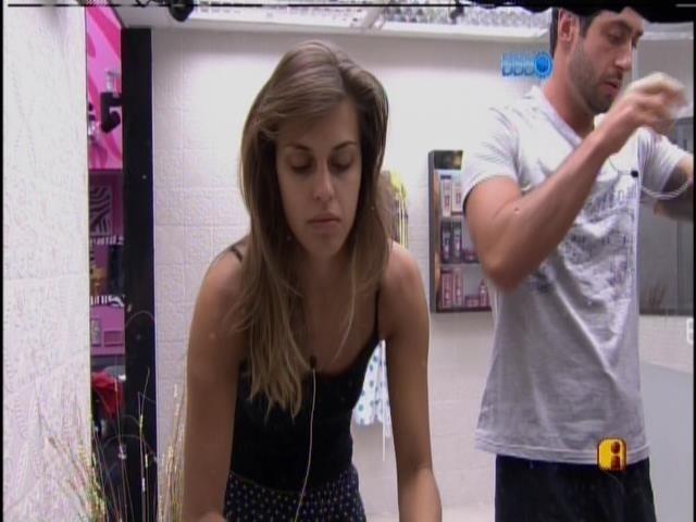 23.mar.2014 - Sem se falar, Marcelo e Angela dividem banheiro