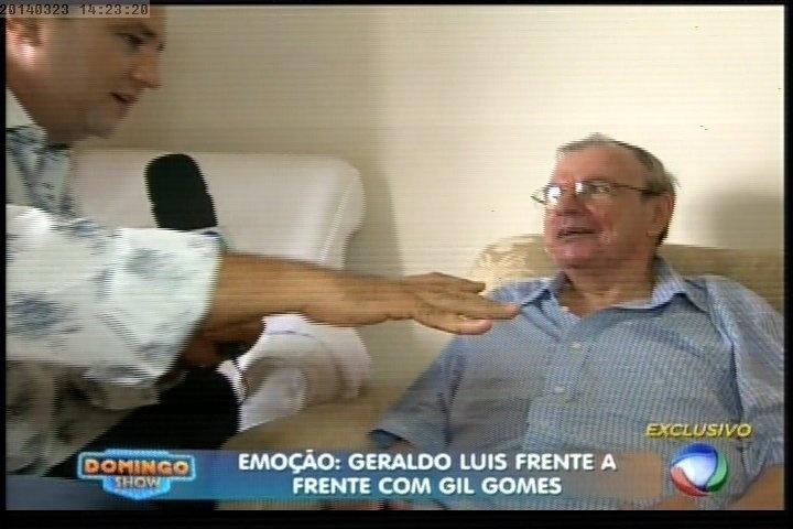 """23.mar.2014 - Sofrendo de mal de Parkinson, o apresentador e radialista Gil Gomes foi entrevistado por Geraldo Luís na estreia do """"Domingo Show"""""""