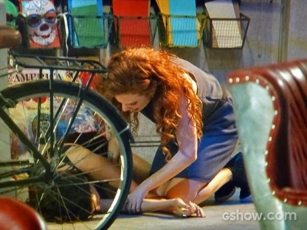 24.mar.2014 - Vanessa tenta ajudar Marina em