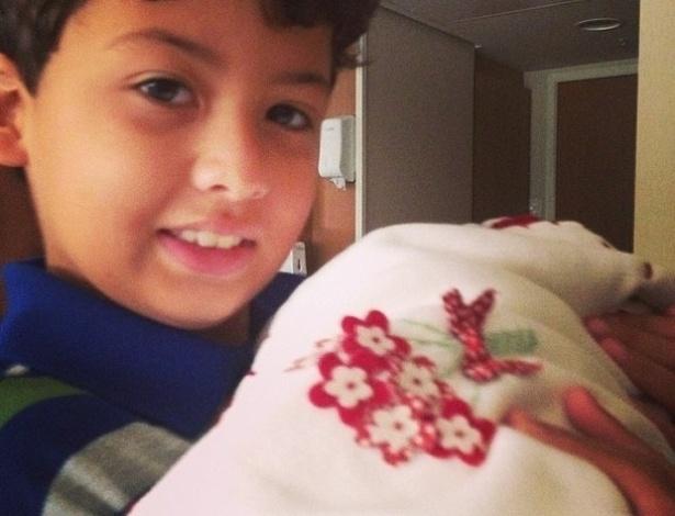 Nívea Stelmann avisou aos seguidores sobre o nascimento de Bruna e postou foto do primogênito, Miguel, segurando a irmã