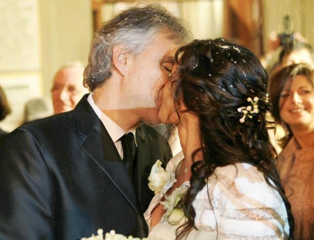 21.mar.2014 - O tenor Andrea Bocelli beija Veronica Berti no santuário de Montenero em Livorno, Itália
