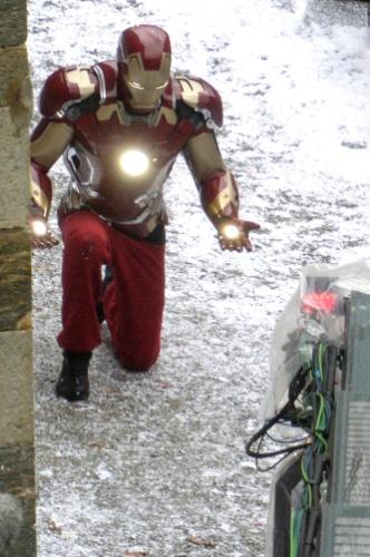 22.mar.2014 - Robert Downey Jr. aparece na pele do Homem de Ferro nas primeiras imagens de bastidores de