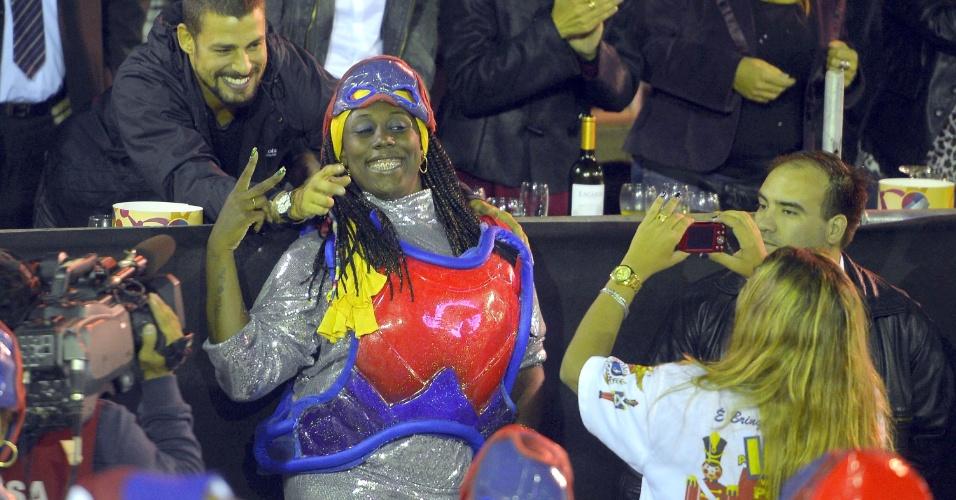 23.mar.2014 - O ator Cauã Reymond posa com fã durante a quinta edição do Carnaval da cidade de San Luís, na Argentina. Ele é conhecido no país pelo Jorginho de