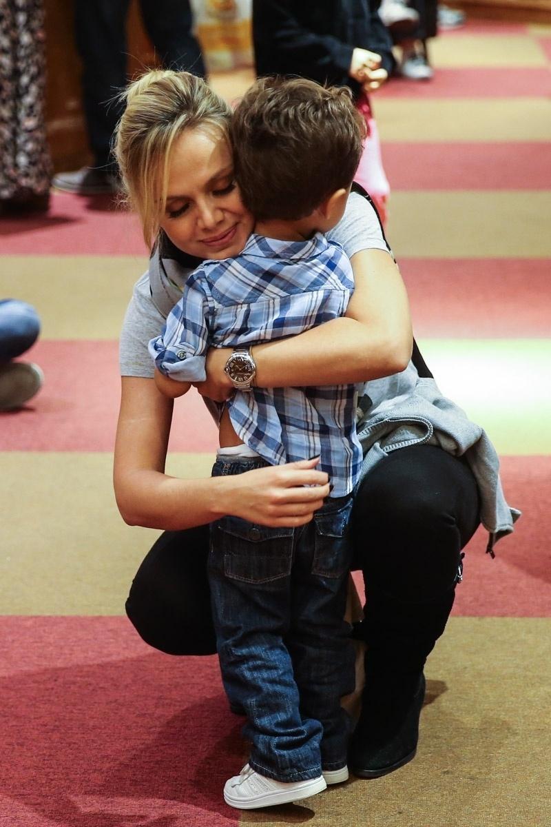 23.mar.2014 - Recém-separada de João Marcelo Bôscoli, a apresentadora Eliana levou o filho Arthur ao espetáculo infantil