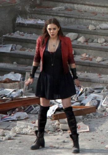 24.mar.2014 - A atriz Elizabeth Olsen é vista em ação, gravando cenas para o mais novo filme da Marvel,