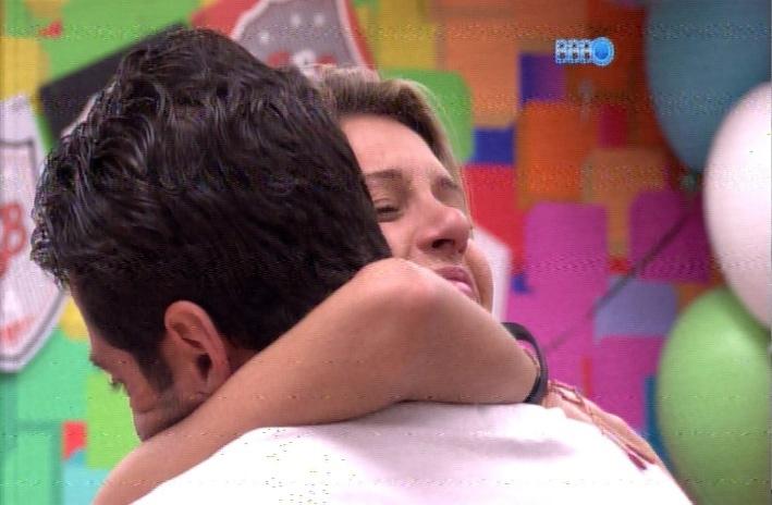 24.mar.2014 - Após briga com Angela, Marcelo e Tatiele se abraçam no quarto se desejando boa sorte no paredão