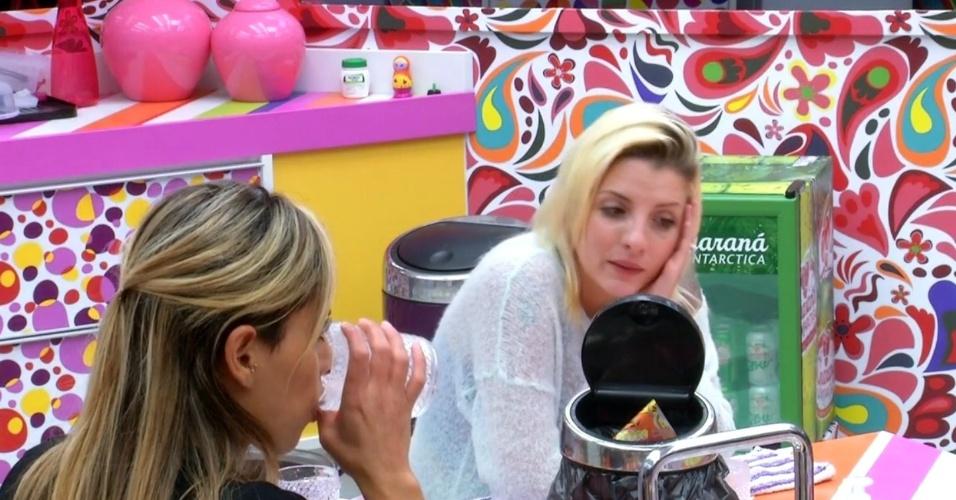 """24.mar.2014 - Clara compara para Vanessa: """"O Slim é tipo a Angela pra mim. Eu sou amiga, mas também fico esperta"""""""