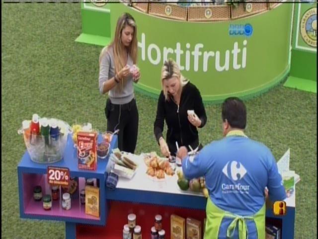 24.mar.2014 - Clara e Tatiele são sorteadas para fazerem as compras da casa