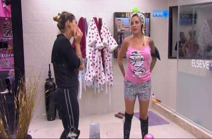 """24.mar.2014 - Clara sugere que Marcelo possa se vingar dos oponentes através dos alimentos. """"Será que ele vai colocar cocô na nossa comida?"""", brinca ela"""