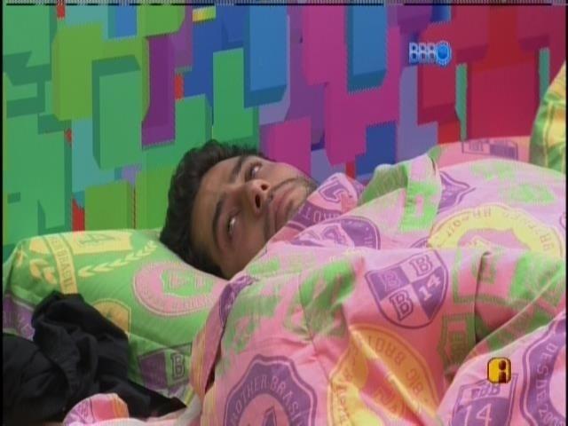 24.mar.2014 - Emparedado pela quarta vez seguida, Marcelo fica pensativo na cama