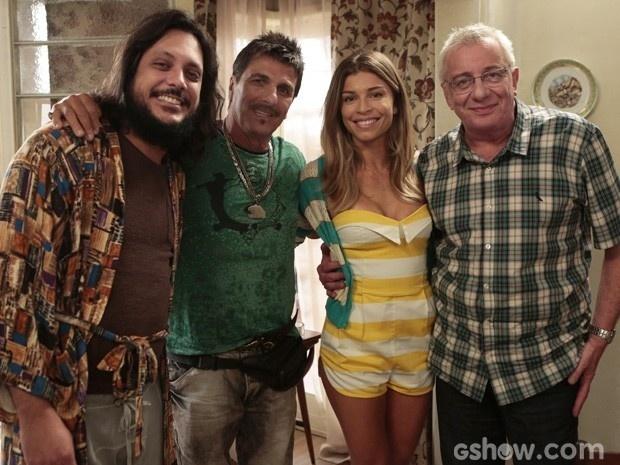 24.mar.2014 - Grazi posa com Lúcio Mauro Filho, Evandro Mesquita e Marco Nanini nos bastidores de