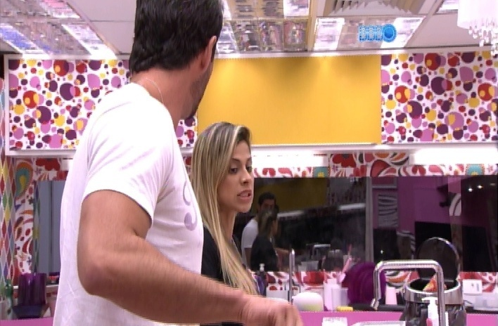 """24.mar.2014 - Irada com Marcelo por estar falando alto demais, Vanessa dispara """"acha bonito homem gritando como marica?"""""""
