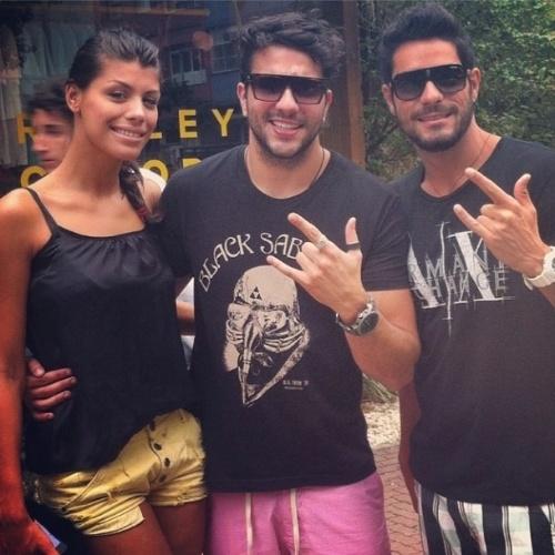 """24.mar.2014 - Junior publica foto com o casal Diego e Franciele: """"O verdadeiro prevalece!!!!! #deubom #sempredabom #casalfrangochatopracaralho #rj #rockstter"""""""